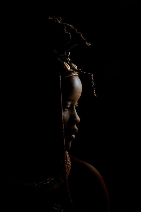 Himba meisje in haar hut