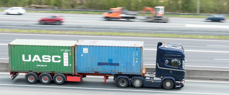 Vervoer - Hier nog een foto die gemaakt is d.m.v. het meetrekken van de camera. Op deze foto is ook het verkeer in tegenovergestelde richting te zien. (Groot z - foto door 53jan op 16-04-2021 - locatie: Ommoord, Rotterdam, Nederland - deze foto bevat: truck, container, snelweg, transport, graafmachine, auto, wiel, landvoertuig, band, voertuig, vrachtauto, motorvoertuig, infrastructuur, asfalt, automotive ontwerp, vervoermiddel