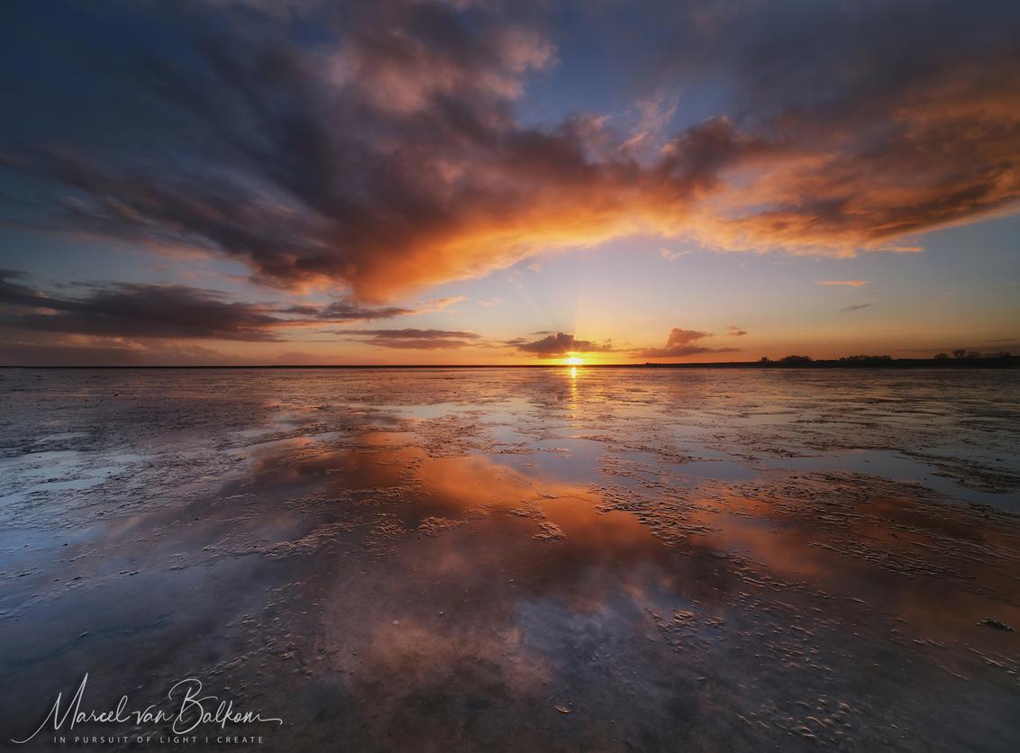 Wadde sunrise - Ontwaken op het wad, als de wind goed staat, het laag water is, de wind uit de juiste richting komt, met prachtige wolken, en een mooie heldere opkom - foto door mvbalkom op 25-11-2020 - deze foto bevat: lucht, zee, water, panorama, natuur, licht, spiegeling, landschap, zonsopkomst