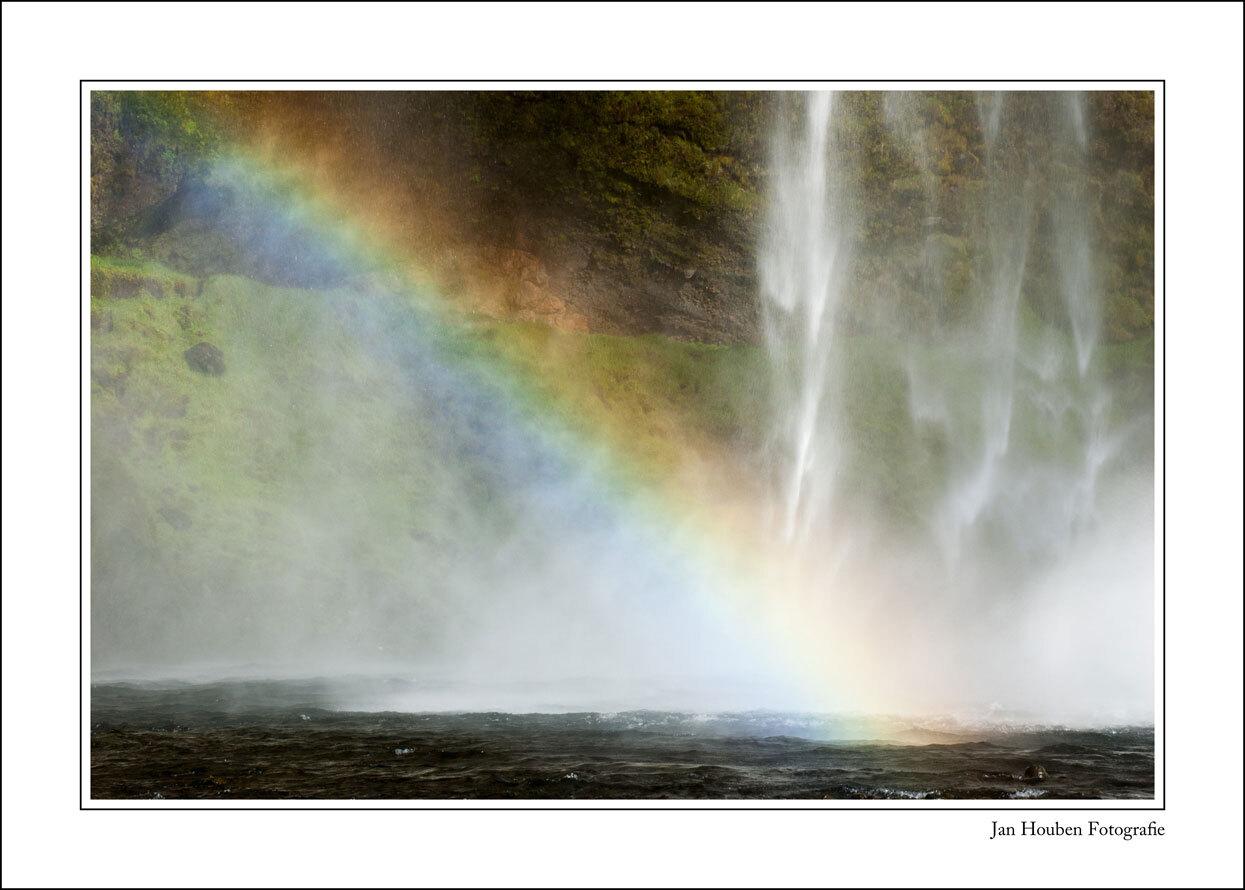 IJsland (2-75) - Seljalandsfoss - foto door JanHouben op 15-04-2021 - locatie: IJsland - deze foto bevat: regenboog, water, ecoregio, natuur, natuurlijk landschap, vloeistof, rechthoek, atmosferisch fenomeen, lijn, landschap