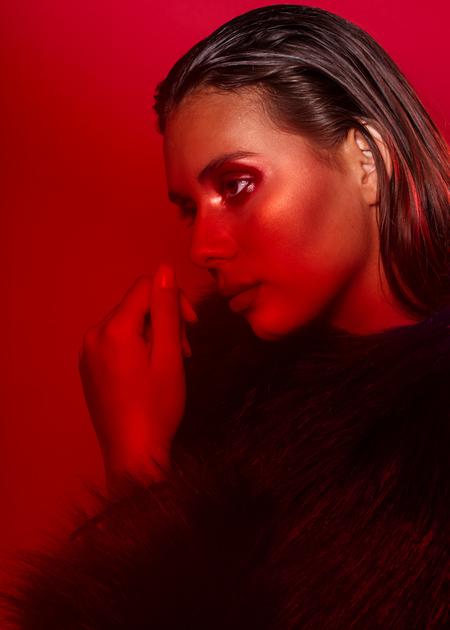 Baukje@Inbetweenmodels - Model: Baukje@Inbetweenmodels MUAH: Frederique Goud - foto door stephanieverhart op 11-09-2019 - deze foto bevat: vrouw, rood, donker, kleur, licht, portret, schaduw, model, ogen, haar, fashion, beauty, emotie, studio, photoshop, closeup, softbox, mode, fotoshoot, visagie, beautydish, colorgel, fill light