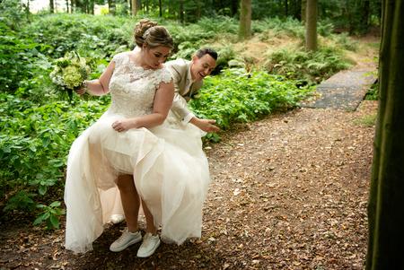 lol - Ik hou ontzettend van deze spontane momentjes. De jurk is meestal een soort vliegenvanger. - foto door mandyweerd op 08-10-2019 - deze foto bevat: trouwjurk, spontaan, onbevangen moment, lol tijdens de shoot
