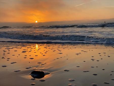 Sahara sunset - Jaaaaa wat een waanzinnige zonsondergang op het strand! Zeemist erbij, wat wil je nog meer? - foto door marieke-roseboom op 27-02-2021 - deze foto bevat: wolken, zon, zee, water, zonsondergang, duinen, zand
