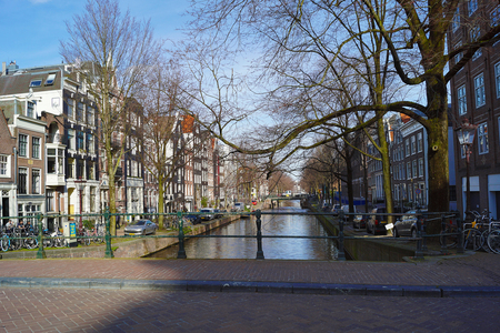 Gracht in Amsterdam - - - foto door hzeilstra op 02-03-2021 - deze foto bevat: amsterdam, water, bruggen, grachten
