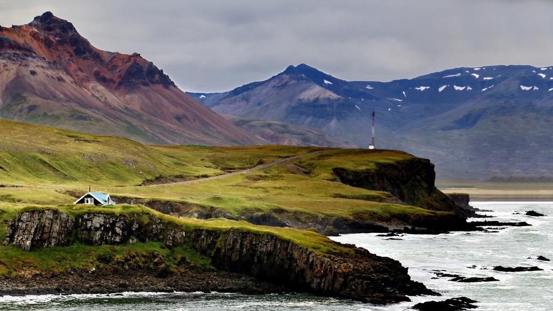 IJsland -8- - - - foto door fotohela op 19-09-2019 - deze foto bevat: wolken, zee, panorama, natuur, landschap, tegenlicht, ijsland, bergen, kust, fjord, huisjes, iceland, bakkagerdi
