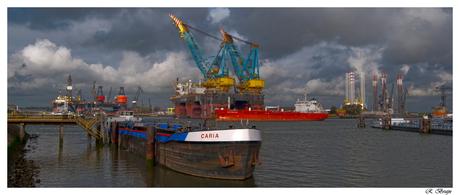 Donkere wolken boven de haven