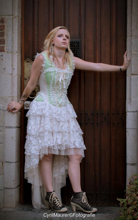 Daphne de Ren - Model : Daphen De Ren Mau : Shannen Trines Fotograaf : Cyril Maurer - foto door sipmaurer op 04-11-2016 - deze foto bevat: vrouw, portret, model, daglicht, beauty, buiten, deur, blond, daphne, jurk, fotoshoot, 35mm, kasteel renesse