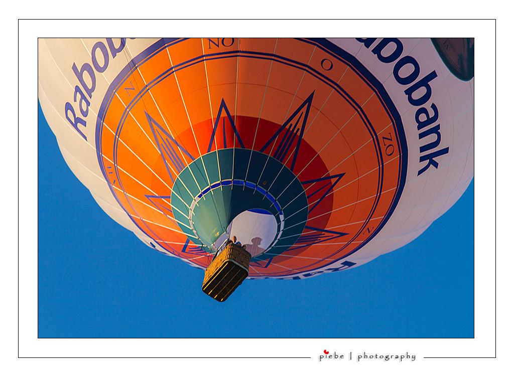 Me and my shadow... - Nog eentje van de ballonfeesten in Joure. De zon schijnt precies op een van de ballonvaarders... hierdoor is zijn schaduw in de ballon te zien.  Ev - foto door Piebe op 30-07-2012 - deze foto bevat: lucht, zon, schaduw, ballon, friesland, varen, rabobank, joure, ballonfeesten
