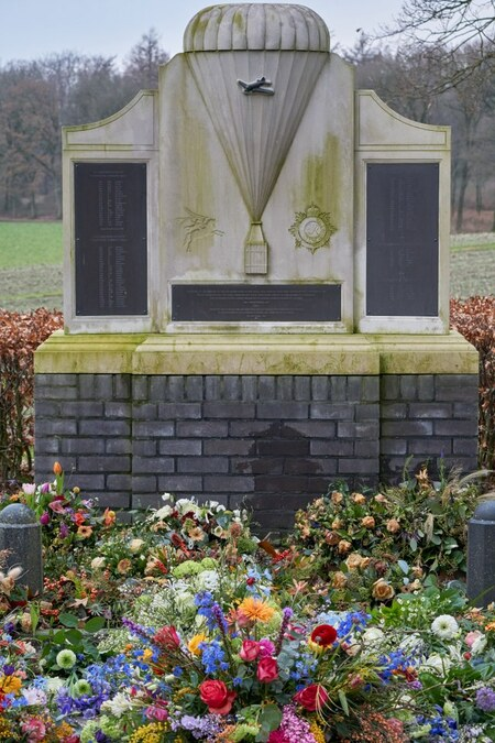 Air Despatch Monument Oosterbeek - Vlak naast de oorlogsbegraafplaats in Oosterbeek staat dit monument voor de mannen die tijdens Market Garden in september 1944 de troepen bevoorraden - foto door TonVeldhuizen op 28-02-2021 - deze foto bevat: beeld, monument