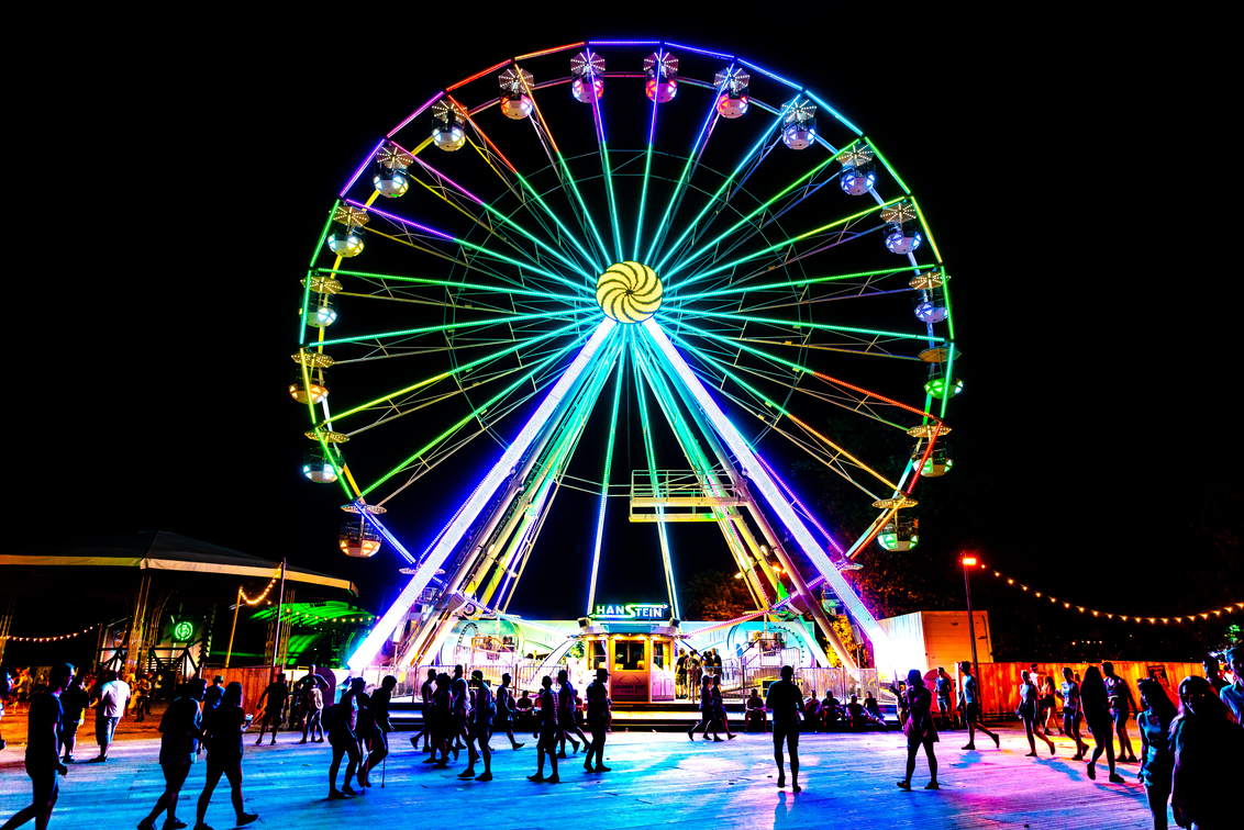Ferris Wheel @ Creamfields - Ferris Wheel @ Creamfields UK 2018 - foto door Justinnederkoorn op 26-09-2018 - deze foto bevat: mensen, donker, kleur, licht, silhouette, nacht, wheel, sfeer, fel, hard, druk, festival, reuzenrad, rad, reuzen, ferris, hard licht, ferris wheel