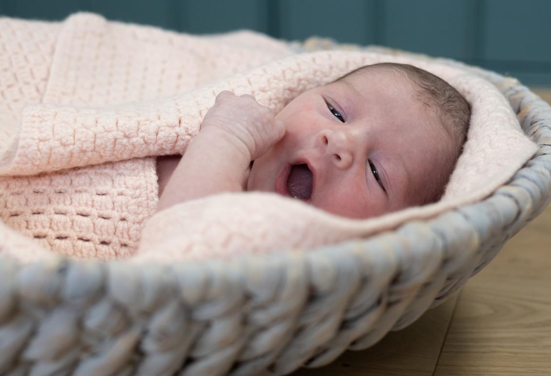 Relax - - - foto door LisetteMoetewiel op 03-03-2021 - deze foto bevat: daglicht, baby, meisje, lief, 50mm, newborn