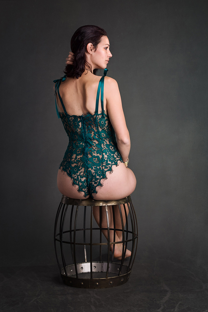 Hana in a green bodysuit - model Hana - foto door jhslotboom op 01-05-2019 - deze foto bevat: vrouw, groen, portret, model, fashion, beauty, pose, lingerie, studio, metaal, mode, kleding, kooi, kruk, bodysuit, hana