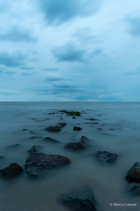 Katwijk - Dreigende lucht s'avonds op het strand. Wat langere sluitertijd. Beetje mysterieus effect. - foto door mcgleeuw op 26-07-2020 - deze foto bevat: lucht, wolken, zon, strand, zee, water, natuur, licht, avond, zonsondergang, spiegeling, landschap, duinen, zand, nacht, kust, katwijk, mysterieus, misterieus, lange sluitertijd