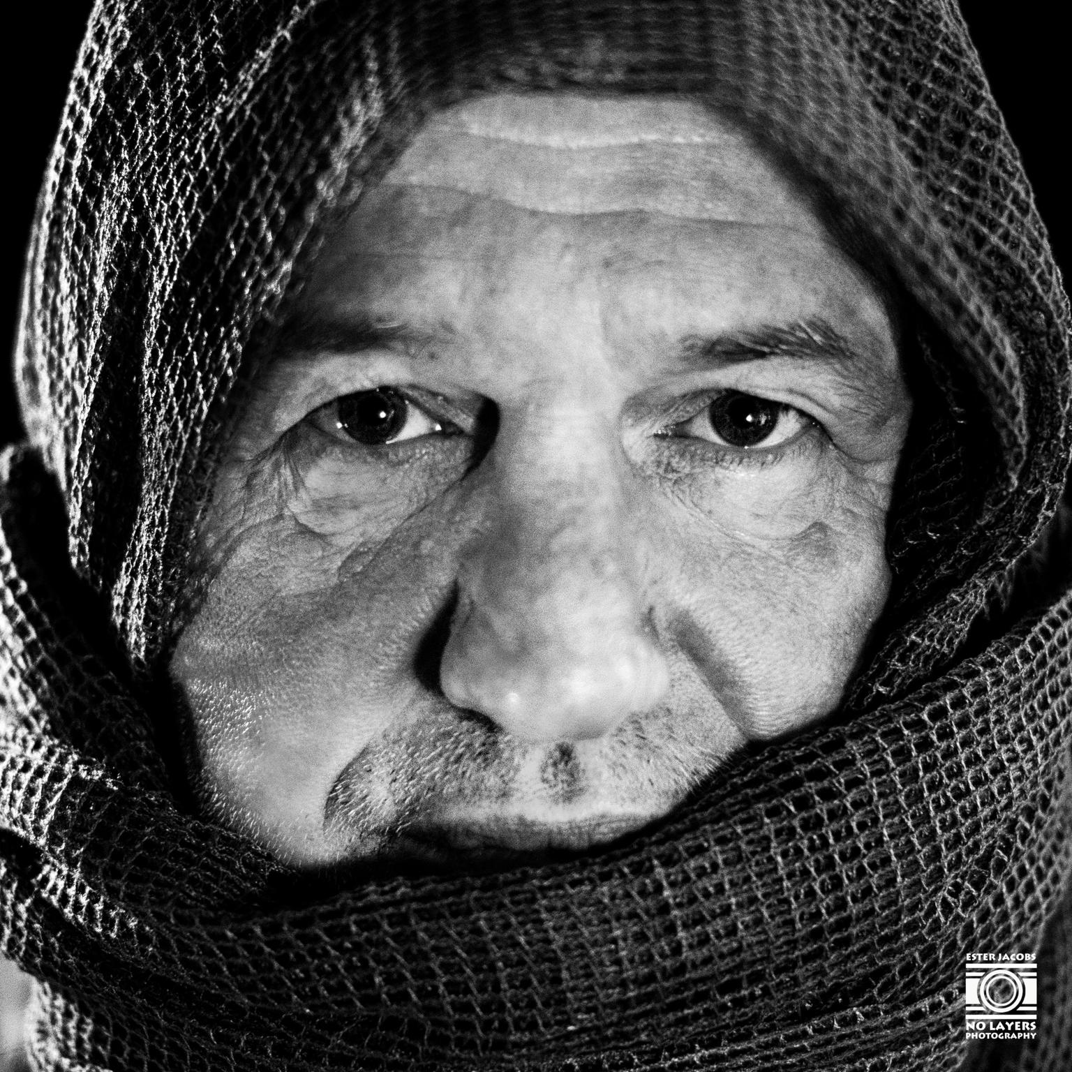 Eyecatcher - Geinspireerd door het Afghaanse Meisje van Steve McCurry - foto door NoLayersPhotography op 13-04-2021 - deze foto bevat: portret, zwart wit, model, man, fotoshoot, studio, close up, voorhoofd, neus, kin, bovenkleding, kapsel, wenkbrauw, mond, gezichtsuitdrukking, orgaan, mens