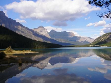Spiegeling - Spiegeling in het water van een meer in de Canadese Rocky Mountains - foto door sbos op 19-06-2011 - deze foto bevat: water, spiegeling, canada, bergen, meer, rocky mountains, zoet water