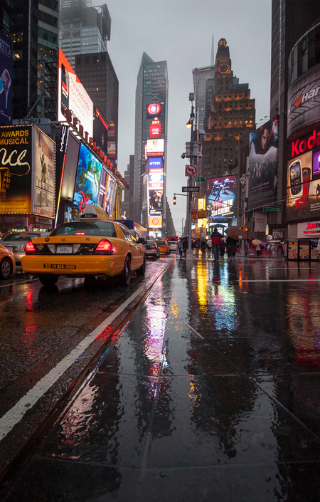 Verregend New York City - - - foto door tjwvandongen_zoom op 15-11-2017 - deze foto bevat: wolken, mensen, kleur, spiegel, licht, vakantie, reclame, architectuur, spiegeling, reizen, stad, amerika, taxi, drukte, neon, straatfotografie, wolkenkrabber, chaos, urbex, reisfotografie, stedentrip, reflexie, Times Square, new york city