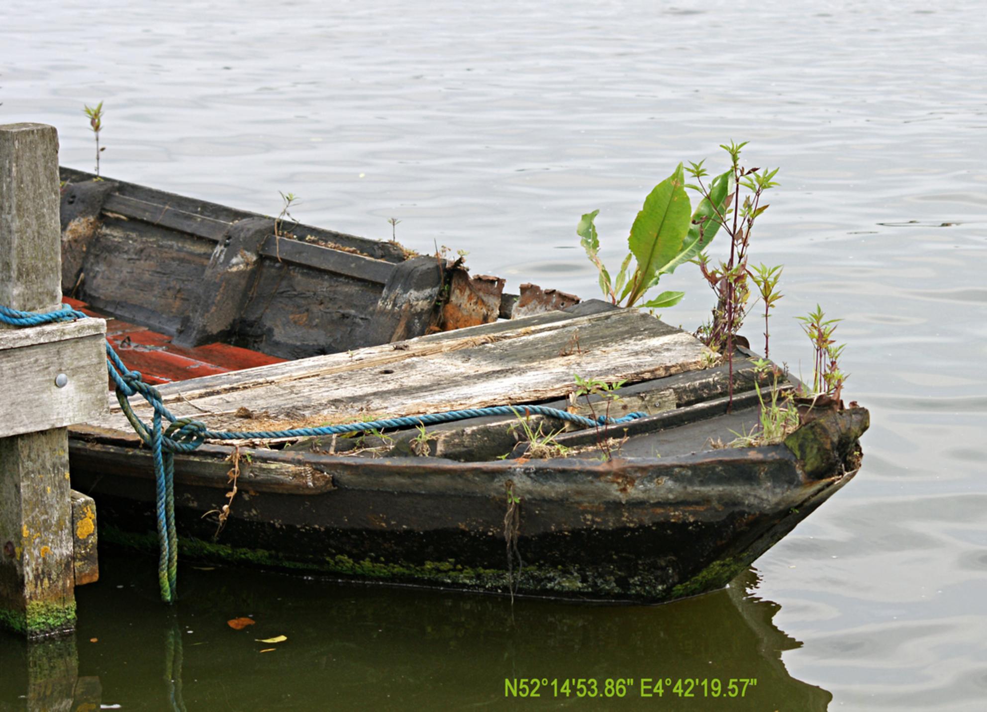 Voltooid verleden tijd - - - foto door Brunello op 30-07-2008 - deze foto bevat: oud, tijd, op, boot, het, tand, mooi, der, droge, roeiboot, kaag, begroeid