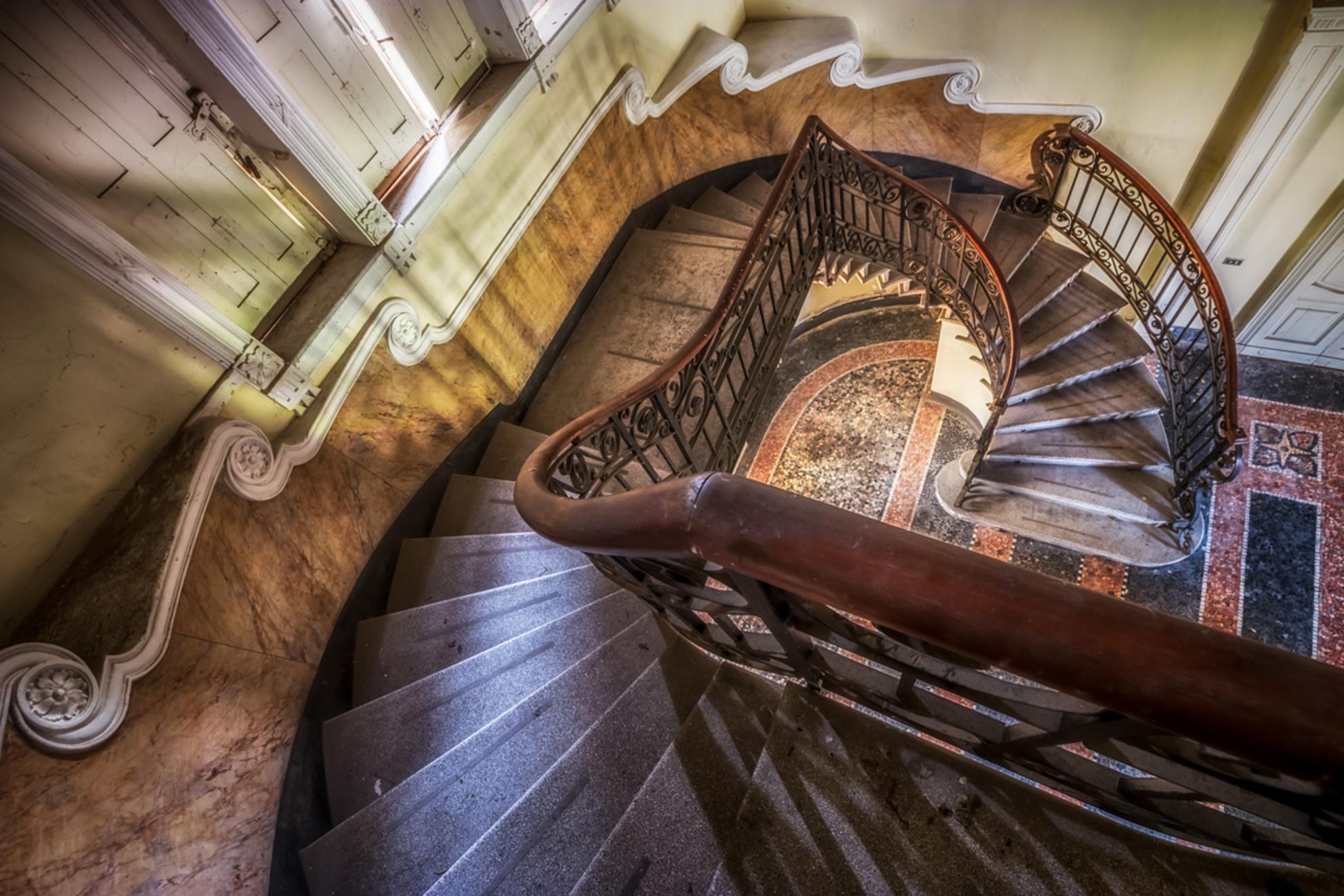 Stairway - - - foto door esmeralda160867 op 18-04-2017 - deze foto bevat: oud, kleur, trap, licht, urban, verlaten, hdr, urbex, urban exploring - Deze foto mag gebruikt worden in een Zoom.nl publicatie