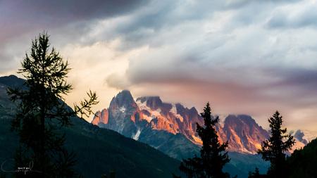 Soulshine - Prachtig moment na het opzetten van onze tentjes. Slecht weer onderweg, maar toch nog snel even wat mooie rode zonnegloed op de bergen tegenover ons. - foto door canipel op 05-08-2015 - deze foto bevat: lucht, wolken, rood, kleur, zon, uitzicht, panorama, natuur, licht, avond, zonsondergang, beeld, frankrijk, reizen, landschap, bergen, avontuur, compositie, berg, wandelen, alpen, reisfotografie, europa, wallpaper