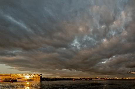 donkere wolken boven Amsterdam