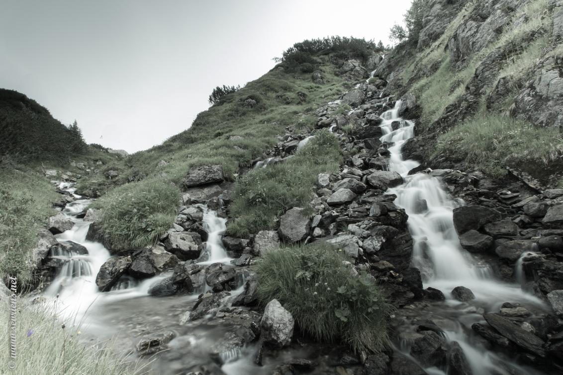 Sinister - Tijdens een druilerige dag op weg naar de Kaltenberghütte, Vorarlberg, Dalaas kwam ik deze waterval tegen. - foto door lucsevriens op 27-07-2014 - deze foto bevat: water, bergen, lange sluitertijd