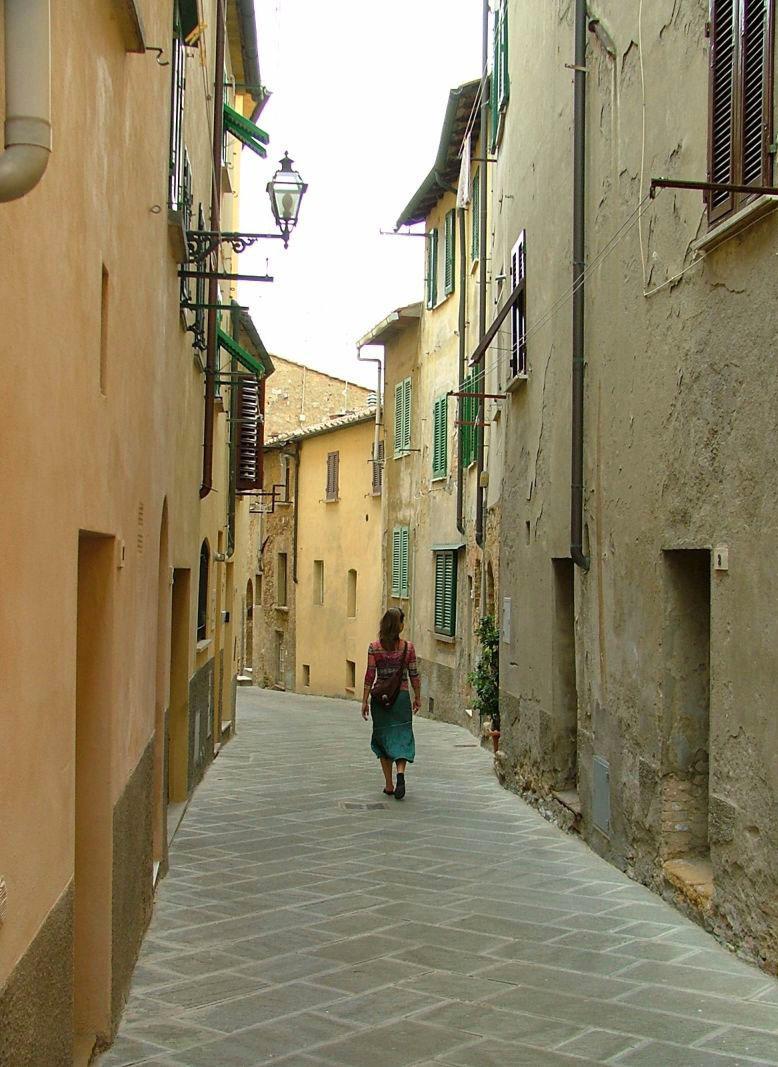 Flaneren - Heerlijk wandelen door één van de vele stille straatjes van het Toscaanse stadje Volterra.  Bedankt voor alle reacties bij mijn vorige uploads,   - foto door jzfotografie op 06-09-2015 - deze foto bevat: groen, kleuren, geel, lijnen, reizen, huizen, stilte, wandelen, toscane, italie, contrast, volterra, genieten, straatje, bestrating, patroon, stadje, oker, flaneren, dieptewerking, juffrouw, toeriste, luikjes, waslijnen, buitenlampen