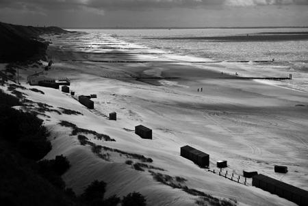 Zeeland - Kust - Zeeuwse kustlijn tijdens corona tijd, weinig mensen.... Genomen nabij Valkenisse, Zeeland. - foto door Krulkoos op 04-05-2020 - deze foto bevat: wolken, uitzicht, strand, duinen, silhouette, zand, zicht, zeeland, kust, holland, nederland, dunes, zwartwit, beach, duin, view, kustlijn, corona, blackandwhite, zwartenwit, leica, silhouettes, sight, vanboven, birdview, zwartwitfotografie, Black and white, zeeuwse kust, maurice weststrate, vogelzicht, lx100, bird perspective, typisch zeeland, bird's eye view
