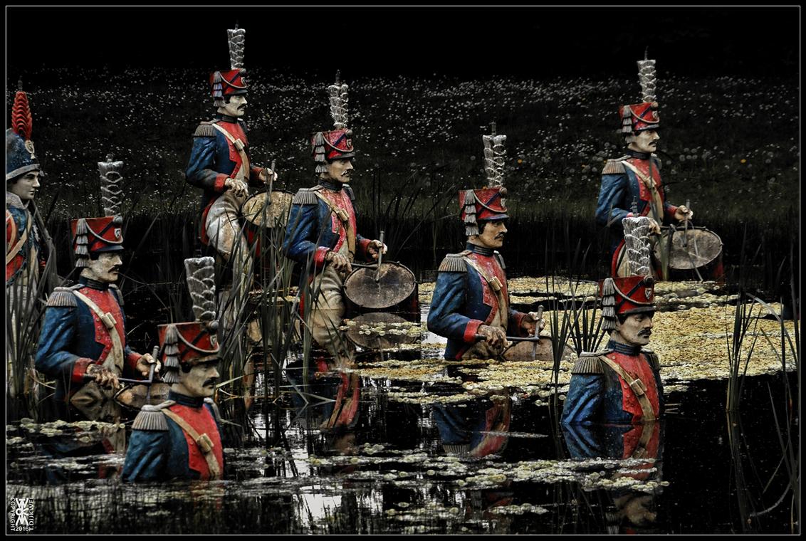 Le Jour où le Temps s'arrêta - [i][b]Le Jour où le Temps s'arrêta (De Dag dat de Tijd stilstond)[/b][/i]  Soldaten van Napoleon lopen zich vast in het natte slagveld…  Sony A60 - foto door TommyDijkwel op 19-05-2016 - deze foto bevat: straatfotografie, fontein, nieuwkuijk, land van ooit, soldaten van napoleon