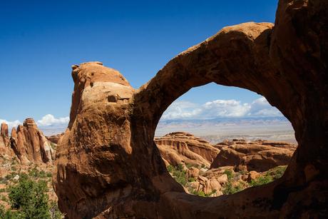 Uitzicht door Double O Arch in USA