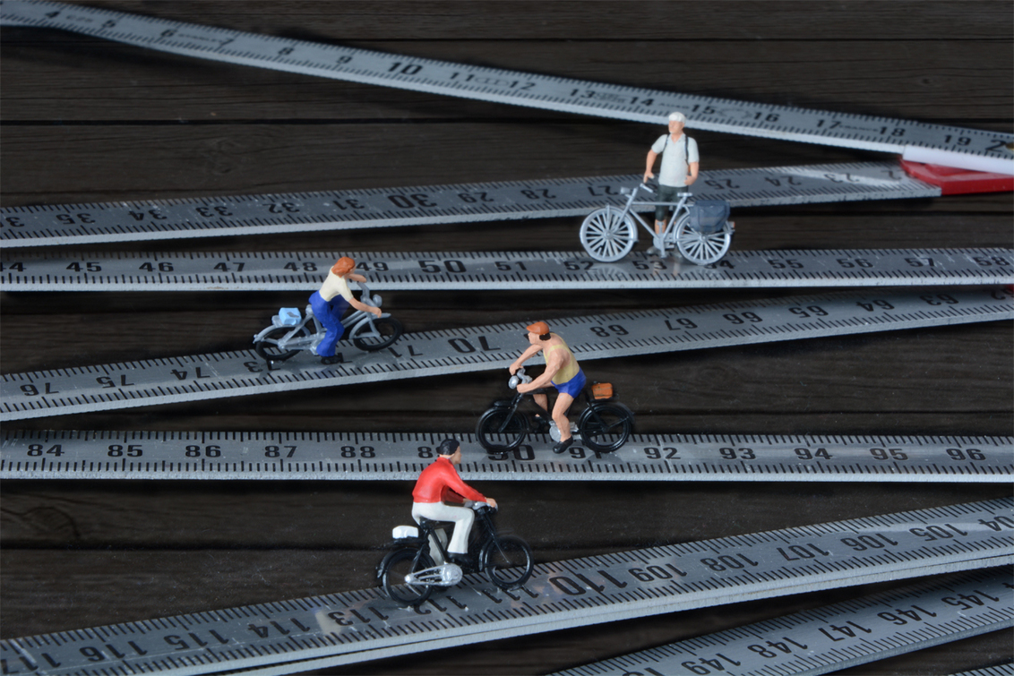 Alpdu6 - Kleine mensen in een grote wereld - foto door jopper op 05-02-2015 - deze foto bevat: sport, fiets, berg, fietsen, mini, promotie, prestatie, kanker, meetlat, alp, huez, preiser, jopper, jopperbok, duimstok, liefdadigheid, fondsenwerving, alpdheuz, miniature figure photography