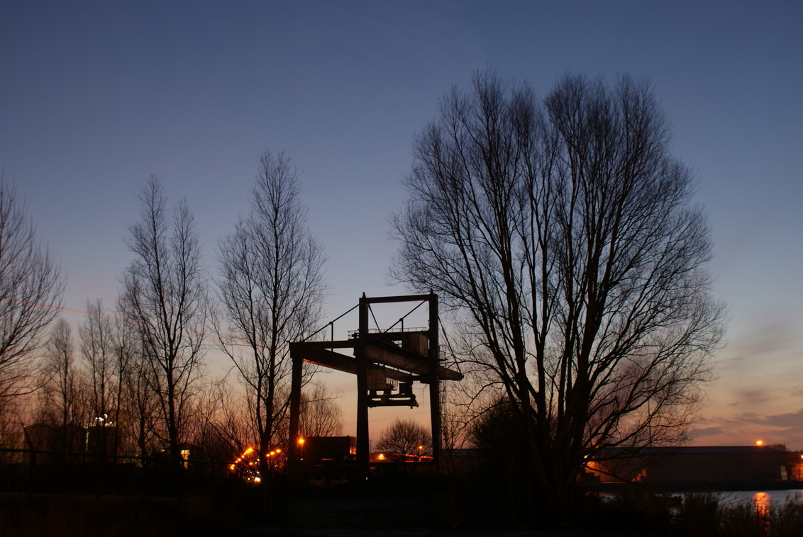 Bruinsveem - Bruinsveem Terminal op-en overslag In Zaandam.  s'Ochtends vroeg in de vrieskou voor het mooiste licht. Ja, je moet er wat voor over hebben.  Opn - foto door maarten1971 op 31-12-2009 - deze foto bevat: haven, nachtfoto, ochtendopname, sony, alpha, zaandam, overslag, opslag, zaanstad, 200, terminal, Bruinsveem