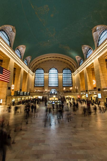 NY - Central Station - Lange sluitertijd genomen in NY, Central Station. De drukte van de dag wordt hiermee herkenbaar. - foto door lucsevriens op 16-10-2015 - deze foto bevat: architectuur, gebouw, amerika, straatfotografie, reisfotografie