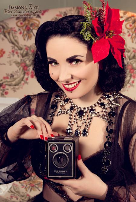 Playgirl - Bij deze ben ik volledig Vintage gegaan en heb nog op het laatste moment een Brownie Filmcamera gevonden uit 1956. Hij werkt zelfs nog! haha, maar vi - foto door damona-art op 27-01-2013 - deze foto bevat: model, nikon, vintage, flower, film, smile, belgie, glamour, camera, fotografie, anne, retro, brownie, glitter, d300, 50's, Damona