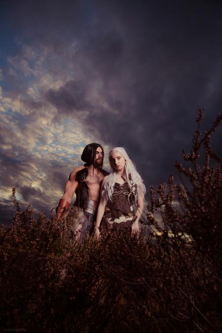 Game of Thrones - Modellen: Roel van Mierlo & Linda Kreischer. Muah: Mirjam Meijer - foto door Etsie op 25-11-2020 - deze foto bevat: lucht, mensen, licht, portret, landschap, heide, model, haar, fotoshoot, visagie, flitser, strobist, cosplay, epic, game of thrones