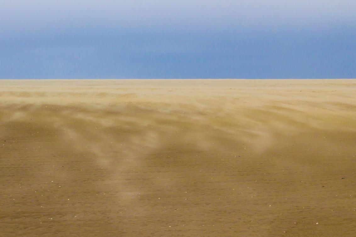 Paal 8, Sahara op Texel - Inmijn voorgaande post kon je reeds merken dat de omgeving van paal 8 op Texel een enorm uitgestrekte vlakte is... Deze foto is daar nog een voorbeel - foto door BaseAid op 28-04-2017 - deze foto bevat: lucht, strand, zee, water, dijk, natuur, licht, vakantie, landschap, duinen, texel, zand, kust