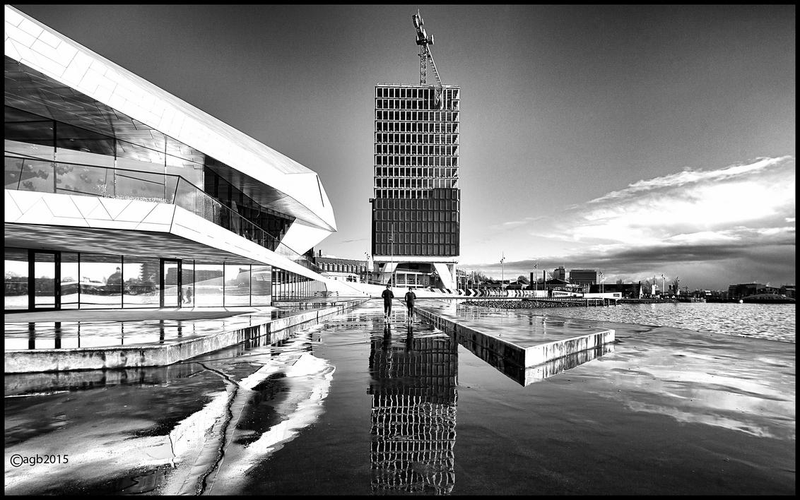 Harlopen. - Rennen naar de pont. - foto door dutchal op 04-02-2015 - deze foto bevat: mensen, amsterdam, water, architectuur, spiegeling, reflectie, eye, ij, zwartwit, beweging, pont, straatfotografie, hardlopen.