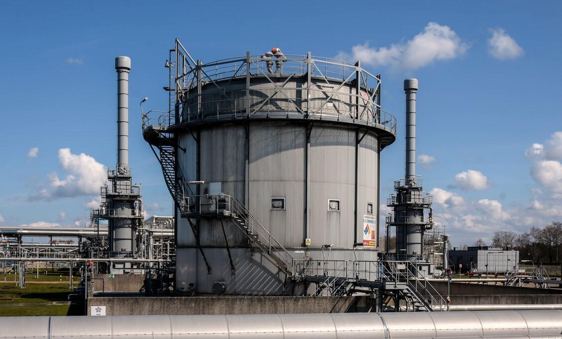 Langelo - Gasopslag Langelo - foto door Klaas4 op 19-04-2021 - deze foto bevat: lucht, wolk, silo, opslagtank, asfalt, industrie, gas, stad, metaal, fabriek