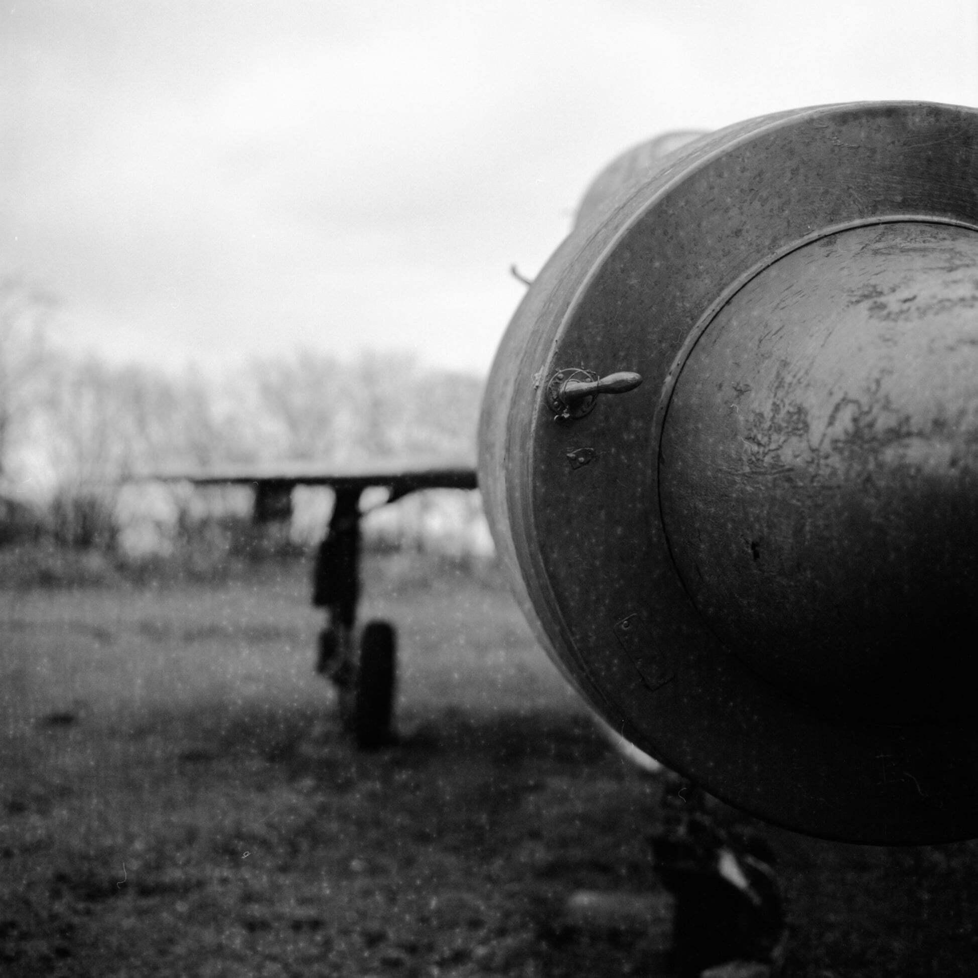 Fly away - Verlaten straaljager  • Hasselblad 500CM - Ilford PanF+ 50 (expired 2006)  - foto door MariekeMjB op 08-04-2021 - deze foto bevat: verlaten, urban, vliegtuig, straaljager, zwartwit, analoog, lucht, vliegtuigen, lijn, tinten en schakeringen, wolk, monochrome fotografie, voertuig, monochroom, propeller, luchtvaart