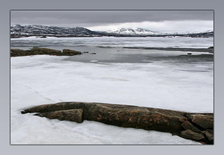 Blå Vägen E12 - In mei op de terugweg vanuit het hoge noorden even een uitstapje naar Zweden. Het was die dag behoorlijk somber, maar wel ongelofelijk mooi. De sfeer - foto door klara op 31-01-2009 - deze foto bevat: sneeuw, ijs, bergen, meer, zweden, bl--v-gen