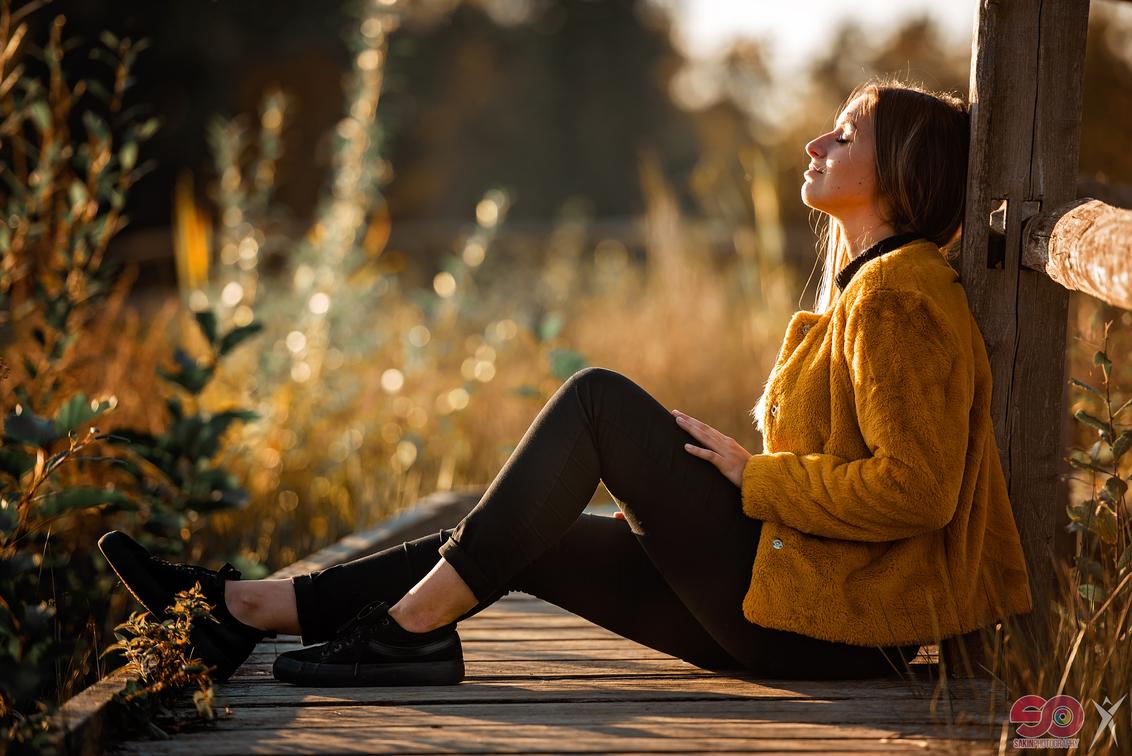 KJARA - - - foto door sakin op 21-10-2018 - deze foto bevat: vrouw, kleur, natuur, licht, portret, model, bos, tegenlicht, fashion, meisje, lief, beauty, sfeer, pose, expressie, mode, fotoshoot, retro, kleding, romantisch, locatie, bokeh, commercial, editorial, fashionfotografie