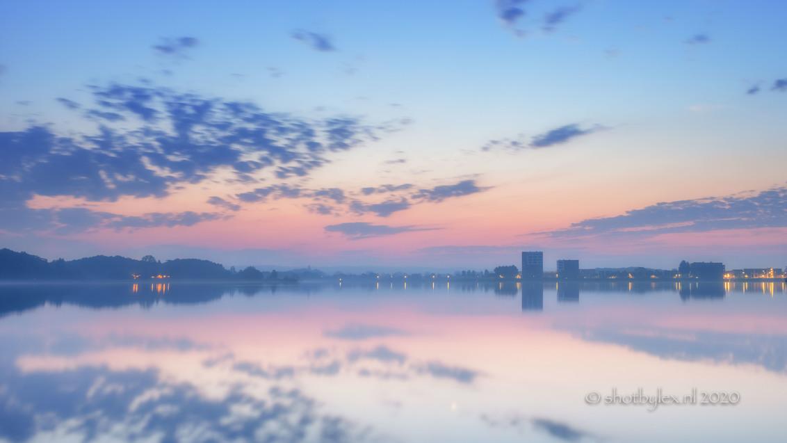 Morning colours - Heerlijk die vroege, koude ochtenden. Net voor zonsopgang kleurde de lucht geweldig mooi in pastel tinten. Het water was als een spiegel en een dun l - foto door meneerlex op 17-09-2020 - deze foto bevat: lucht, wolken, zon, water, panorama, natuur, licht, herfst, winter, spiegeling, landschap, mist, tegenlicht, zonsopkomst, meer, hdr, lange sluitertijd