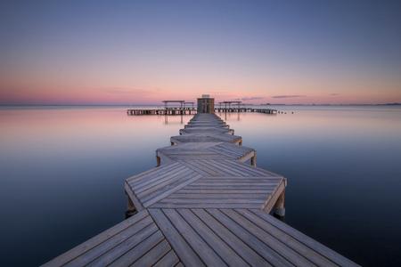 SILENCE.... - Stond al een tijdje op de planning deze steiger in Santiago de la Ribera, vlakbij Torrevieja in Spanje. Vorige week maar eens poging gewaagd... - foto door HenkPijnappels op 30-11-2019 - deze foto bevat: zee, water, natuur, licht, avond, zonsondergang, spiegeling, landschap, tegenlicht, pier, kust, kleurrijk, lange sluitertijd