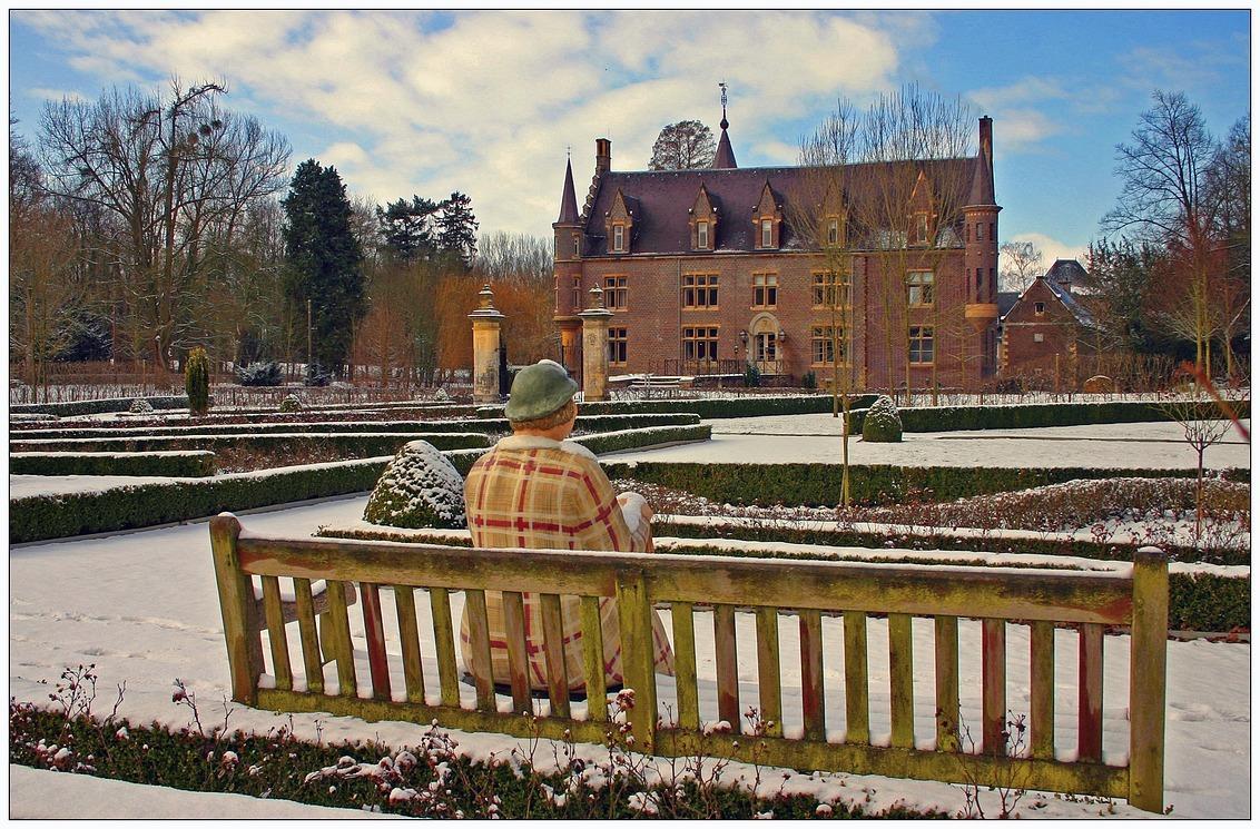 IJskoude dame - Dun laagje sneeuw bij kasteel Ter Worm in Heerlen' de dame bleef er ijskoud onder. gr.peter - foto door pjhtheunissen op 13-04-2021 - locatie: Terworm 5, 6411 RV Heerlen, Nederland - deze foto bevat: kasteel, heerlen, ter worm, sneeuw, winter, lucht, wolk, fabriek, gebouw, sneeuw, natuur, boom, hek, architectuur, bevriezing