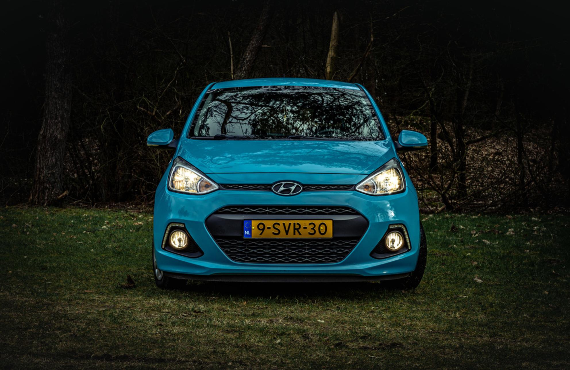 Hyundai i10 - - - foto door margrietha-timmer op 08-03-2021 - deze foto bevat: donker, licht, avond, auto - Deze foto mag gebruikt worden in een Zoom.nl publicatie