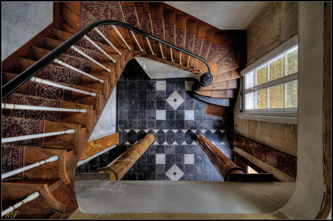 Downstairs - Oude trap in een verlaten villa ergens in België - foto door wido-foto op 29-10-2014