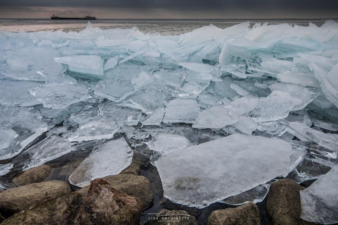 Kruiend ijs Schellinkhout - Schellinkhout vanmorgen vroeg, - foto door LisaAnn91 op 18-02-2021 - deze foto bevat: lucht, wolken, zon, strand, zee, water, dijk, natuur, licht, boot, sneeuw, winter, ijs, landschap, zonsopkomst, zand, canon, kust, lange sluitertijd