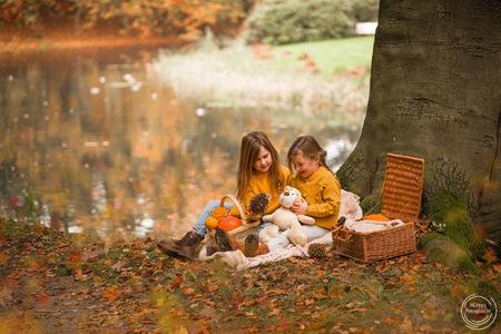 Spelende zusjes op kleedje in herfst bos - Spelende zusjes op kleedje in herfst bos - foto door MayraPamaLuiten op 28-10-2019 - deze foto bevat: herfst, bos, pompoen, meisjes, herfstkleuren, herfstbos, kinderfotografie, zusjes, herfstsfeer, natuurlijklicht, lifestylefotografie, natuurlijklichtfotografie