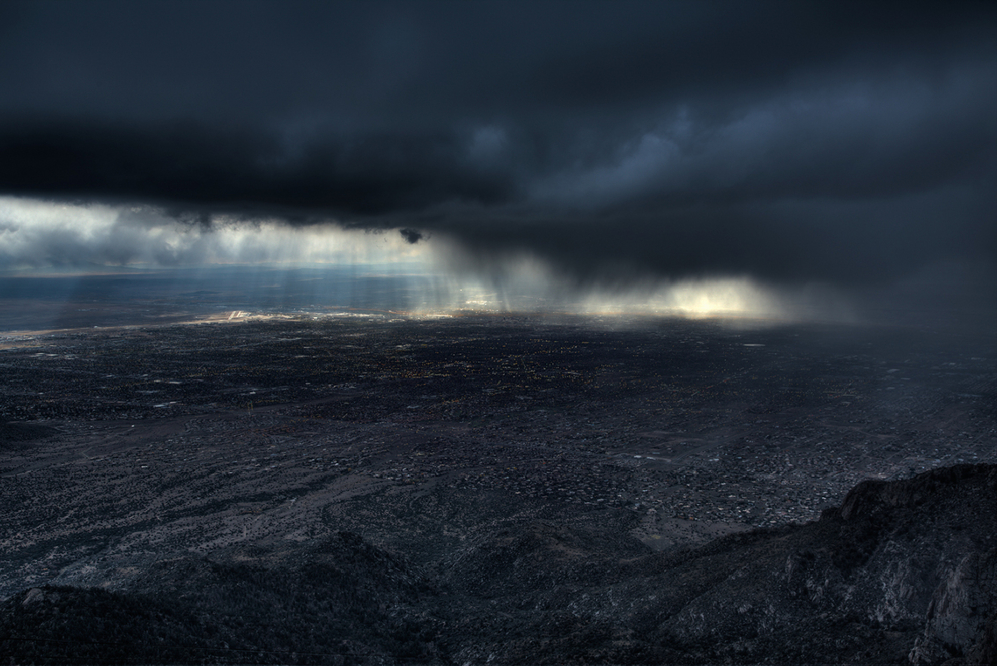 Storm over Alburquerque - Ik was eigenlijk van plan om naar een andere plek te rijden, totdat ik deze storm van ver over de vlakte aan zag komen.  Ten oosten van Alburquerque - foto door mwitjes op 14-11-2013 - deze foto bevat: regen, wind, storm, hagel, berg, New Mexico, Alburquerque - Deze foto mag gebruikt worden in een Zoom.nl publicatie