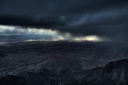 Storm over Alburquerque - Ik was eigenlijk van plan om naar een andere plek te rijden, totdat ik deze storm van ver over de vlakte aan zag komen.  Ten oosten van Alburquerque - foto door mwitjes op 14-11-2013 - deze foto bevat: regen, wind, storm, hagel, berg, New Mexico, Alburquerque
