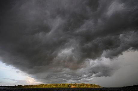 donkere wolken boven de Suriname rivier.